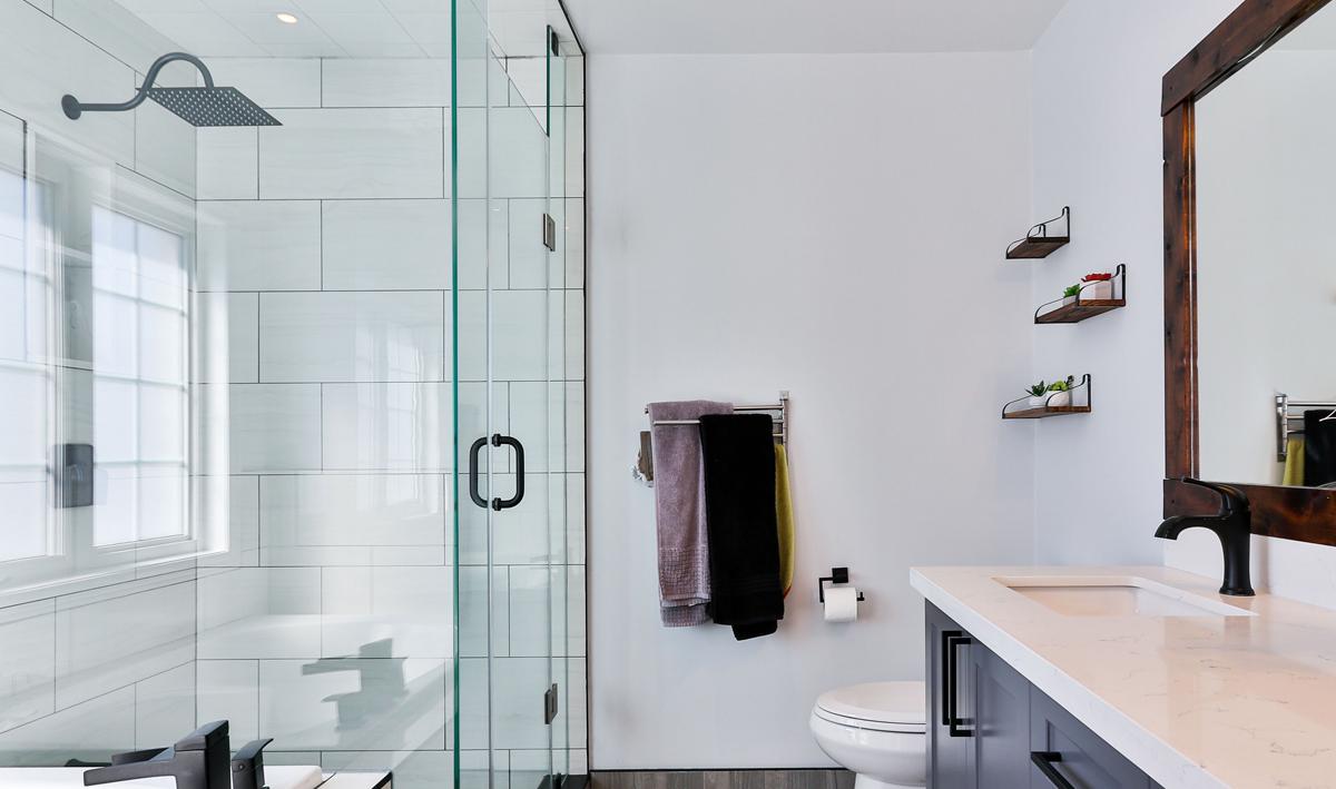 Dusche mit Glastrennwand