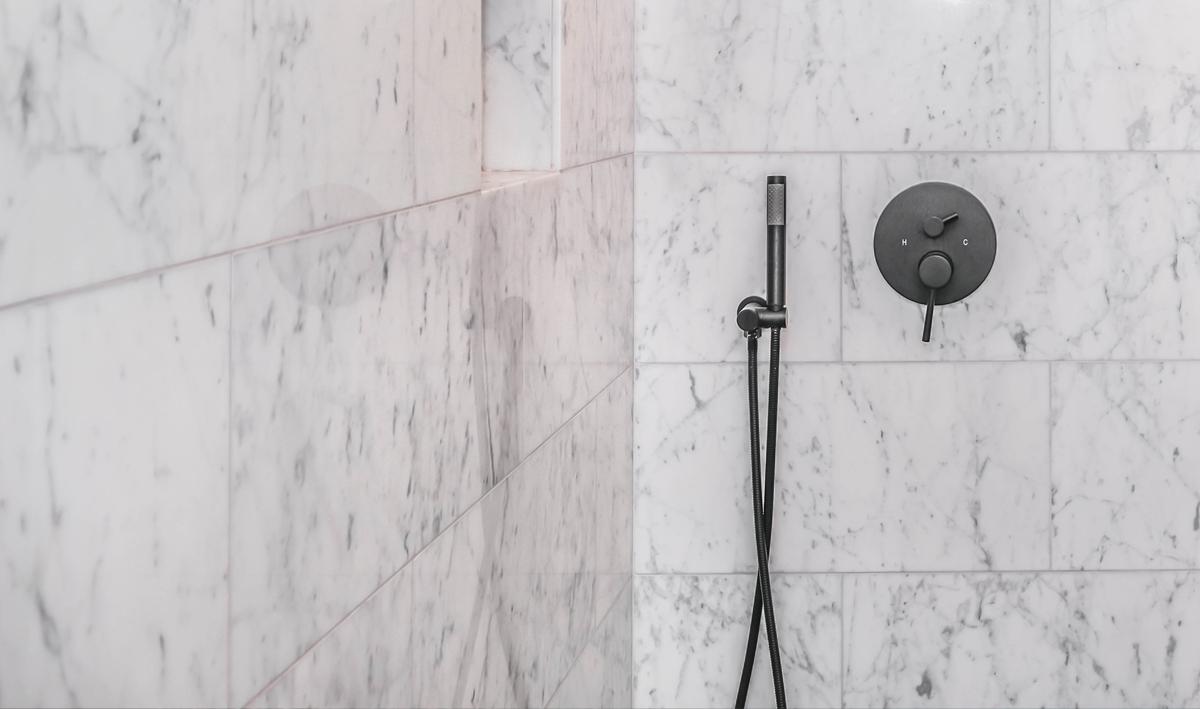 Dusche in hellen Tönen