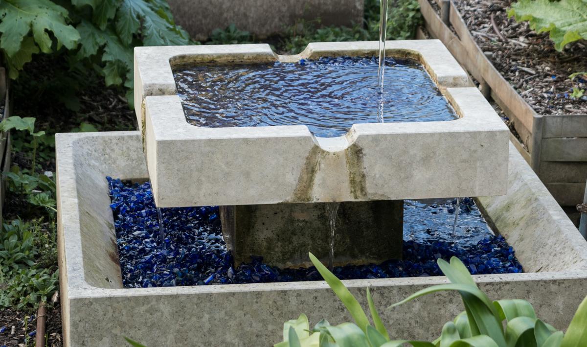 Kleines Wasserspiel im Garten