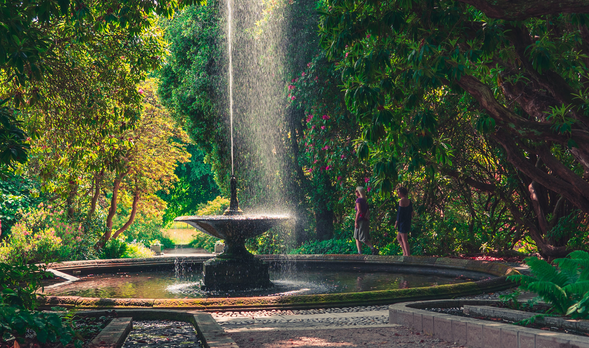 Wasserfall in Parkanlage